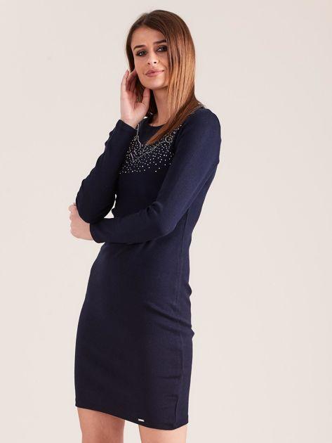 Granatowa dopasowana sukienka w prążek z dżetami                              zdj.                              3