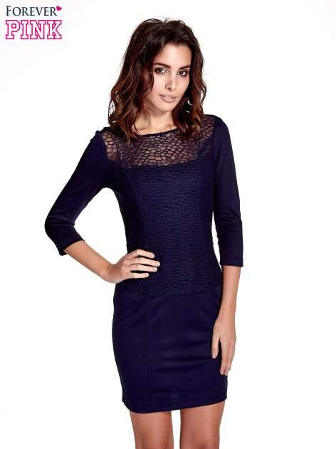 Granatowa dopasowana sukienka z ażurowym wykończeniem                                  zdj.                                  1