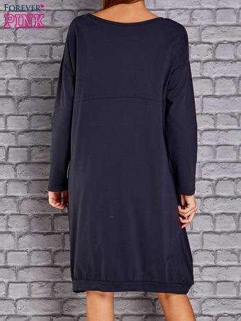 Granatowa dresowa sukienka oversize z kieszeniami                                  zdj.                                  4