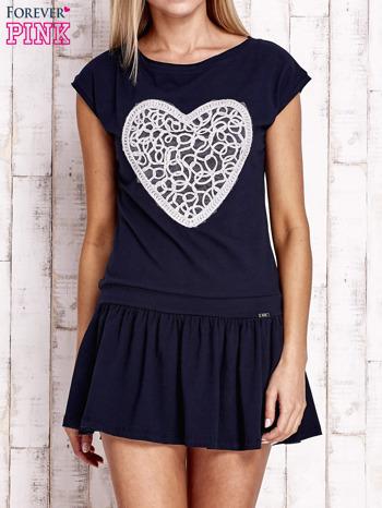 Granatowa dresowa sukienka tenisowa z aplikacją serca                                  zdj.                                  1