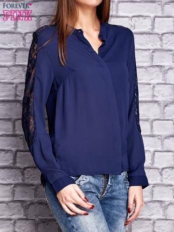 Granatowa koszula z koronkowymi wstawkami na ramionach                               zdj.                              3