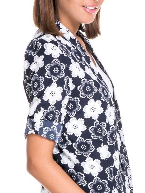 Granatowa koszulonarzutka we wzór w kwiaty                                  zdj.                                  6