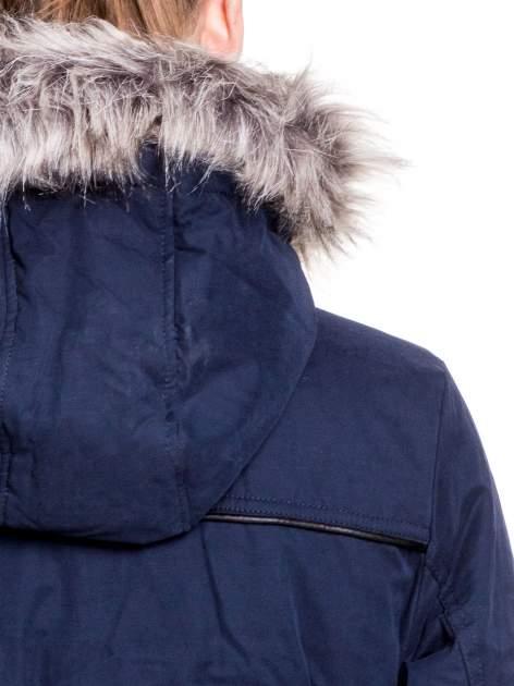 Granatowa kurtka typu parka z futrzanym kapturem i skórzaną lamówką                                  zdj.                                  7