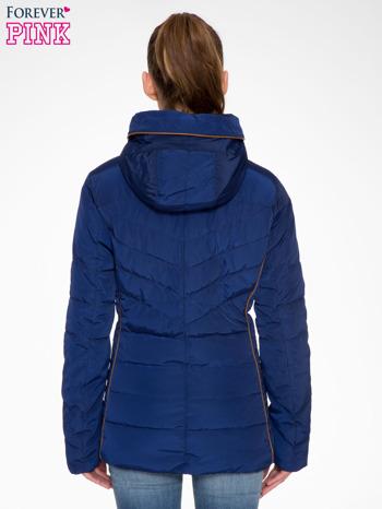 Granatowa kurtka zimowa ze skórzaną lamówką i futrzanym kapturem                                  zdj.                                  2