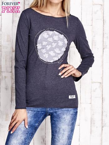 Granatowa melanżowa bluzka z kwiatową aplikacją i surowym wykończeniem                                  zdj.                                  1