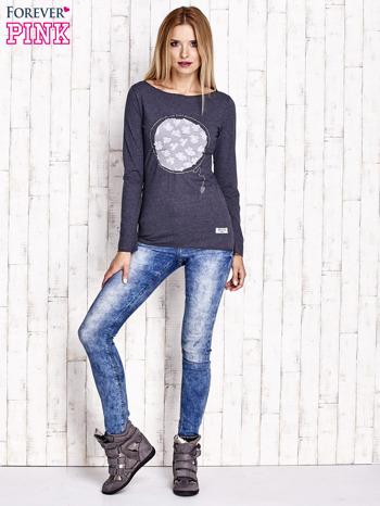 Granatowa melanżowa bluzka z kwiatową aplikacją i surowym wykończeniem                                  zdj.                                  2