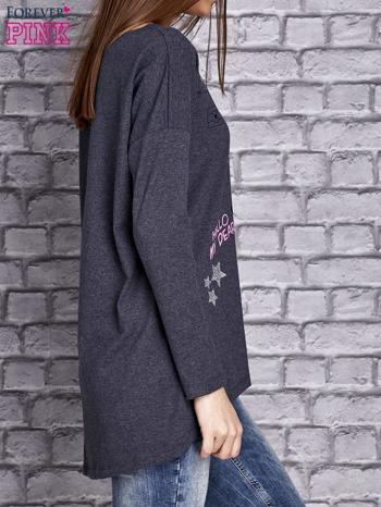 Granatowa melanżowa bluzka z naszywkowymi nadrukami                                  zdj.                                  3