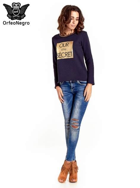 Granatowa pikowana bluza w stylu glamour ze złotym nadrukiem i lamówką                                  zdj.                                  8