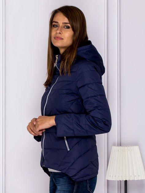 Granatowa pikowana kurtka z kapturem                              zdj.                              5