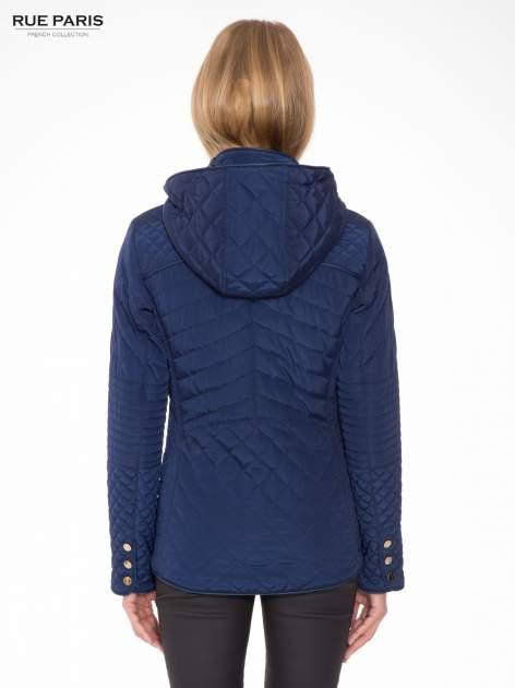 Granatowa pikowana kurtka z kapturem w stylu husky                                  zdj.                                  2