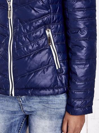Granatowa pikowana kurtka z wykończeniem w groszki                                  zdj.                                  10