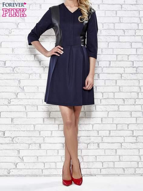 Granatowa rozkloszowana sukienka ze skórzanymi modułami                                  zdj.                                  4