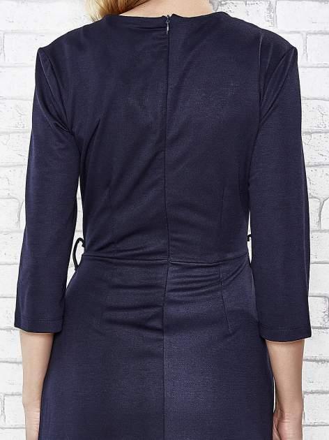Granatowa rozkloszowana sukienka ze skórzanymi modułami                                  zdj.                                  6