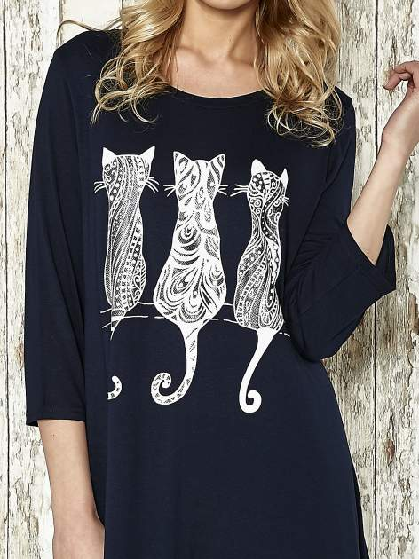 Granatowa sukienka damska z nadrukiem kotów                                  zdj.                                  4