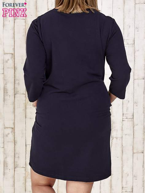 Granatowa sukienka dresowa z dżetami PLUS SIZE                                  zdj.                                  4