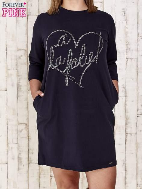 Granatowa sukienka dresowa z dżetami PLUS SIZE                                  zdj.                                  1