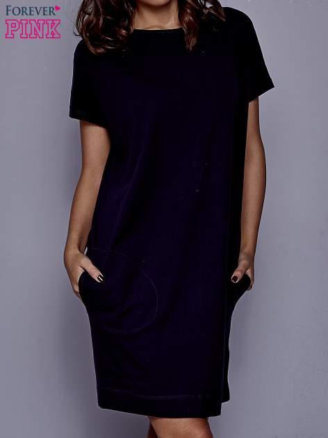 Granatowa sukienka dresowa z kieszeniami po bokach                                  zdj.                                  1