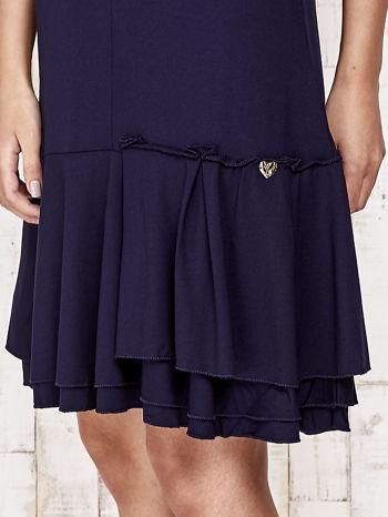 Granatowa sukienka dresowa z ozdobną falbaną                                  zdj.                                  5