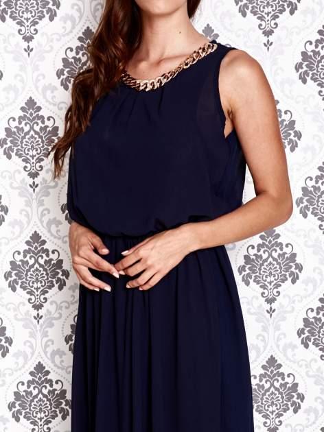 Granatowa sukienka maxi z łańcuchem przy dekolcie                                  zdj.                                  6