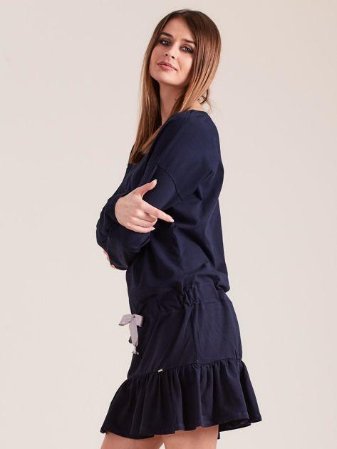 Granatowa sukienka oversize z falbaną                              zdj.                              3