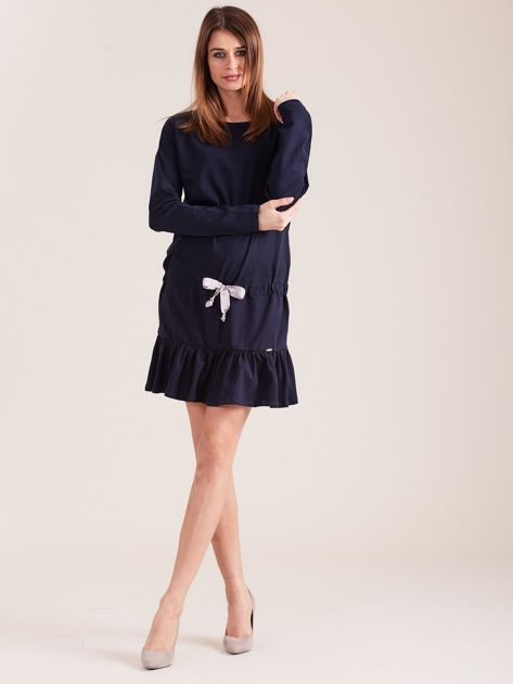 Granatowa sukienka oversize z falbaną                              zdj.                              4