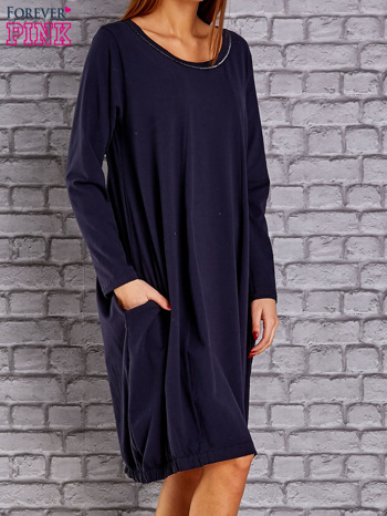 Granatowa sukienka oversize ze ściągaczem na dole                                   zdj.                                  3