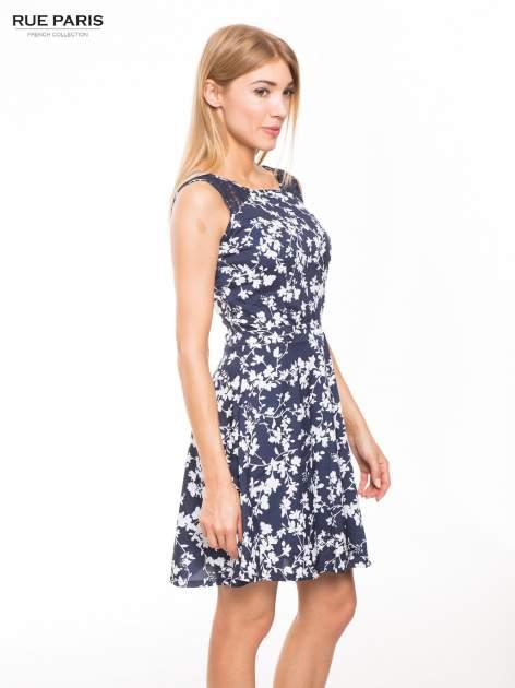 Granatowa sukienka w białe kwiaty z koronkową wstawką na górze                                  zdj.                                  2