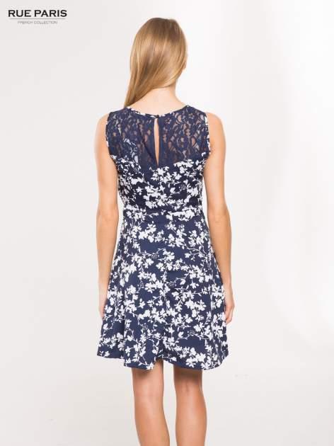Granatowa sukienka w białe kwiaty z koronkową wstawką na górze                                  zdj.                                  3