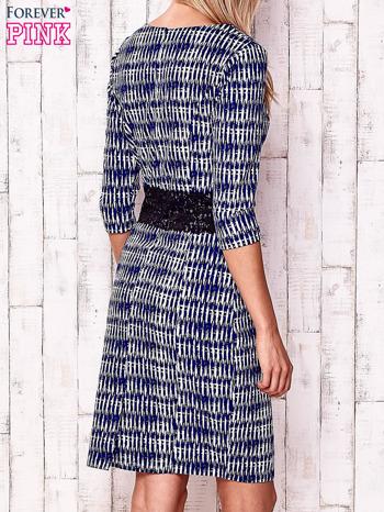 Granatowa sukienka w graficzne wzory z koronkową aplikacją                                  zdj.                                  4