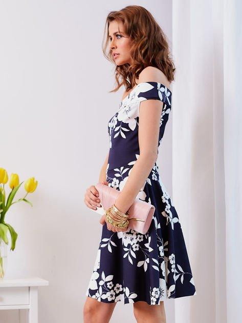 Granatowa sukienka w kontrastowe kwiaty                              zdj.                              9