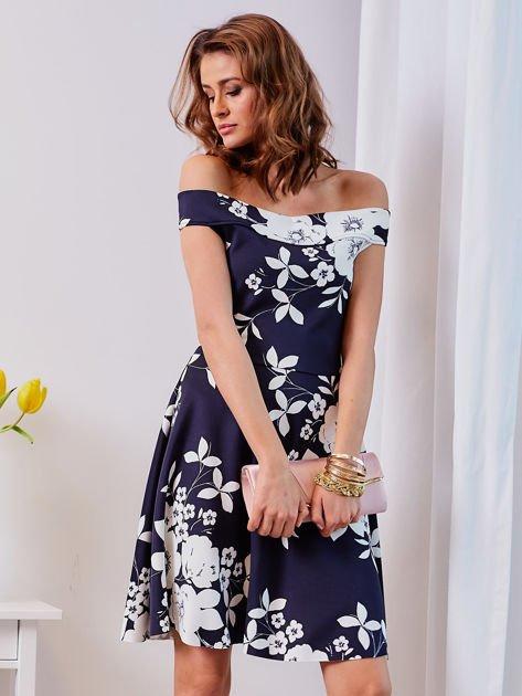 Granatowa sukienka w kontrastowe kwiaty                                  zdj.                                  5
