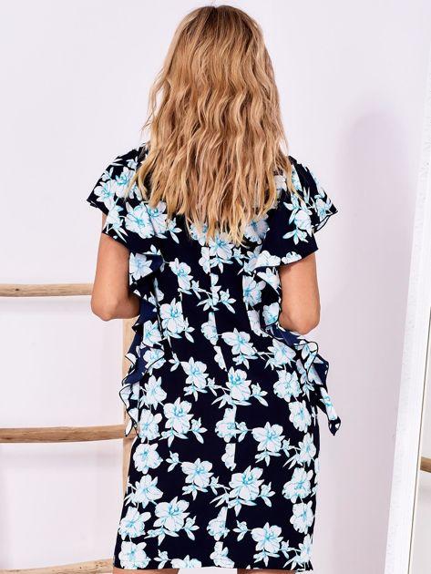 Granatowa sukienka w kwiaty z falbanami                              zdj.                              2
