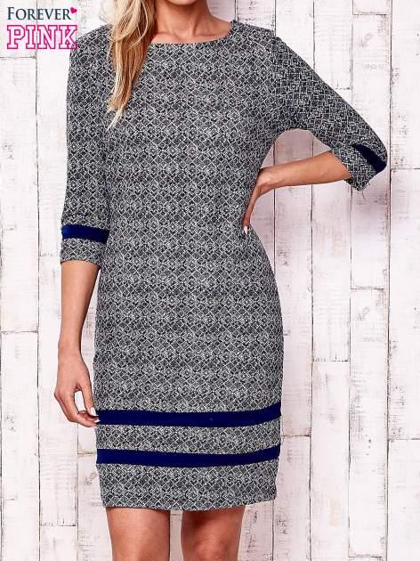 Granatowa sukienka z graficznym nadrukiem i materiałowymi wstawkami