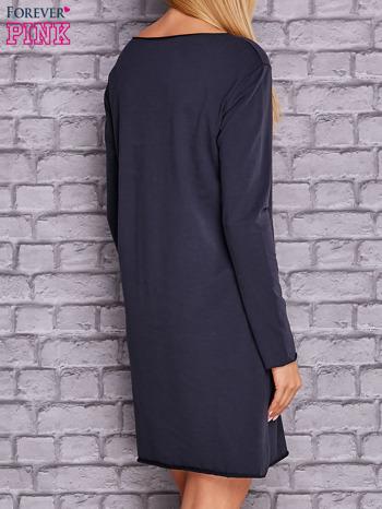 Granatowa sukienka z ozdobną przypinką                                  zdj.                                  3
