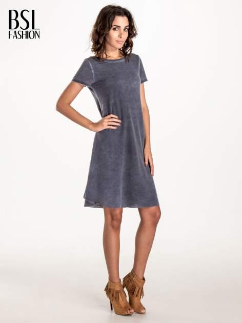 Granatowa sukienka z surowym wykończeniem                              zdj.                              3
