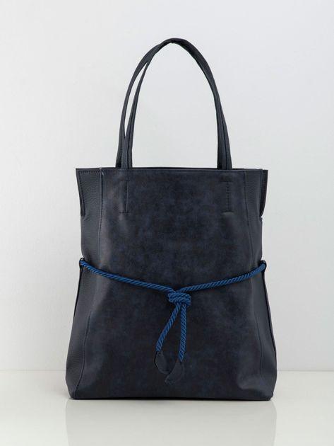 Granatowa torba z ozdobnym wiązaniem