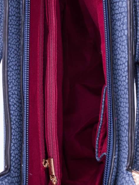 Granatowa torebka miejska z ozdobną przypinką                                  zdj.                                  4