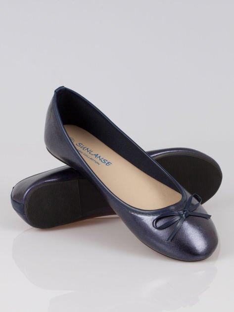 Granatowe baleriny classic leather z kokardką ze skóry saffiano                                  zdj.                                  4