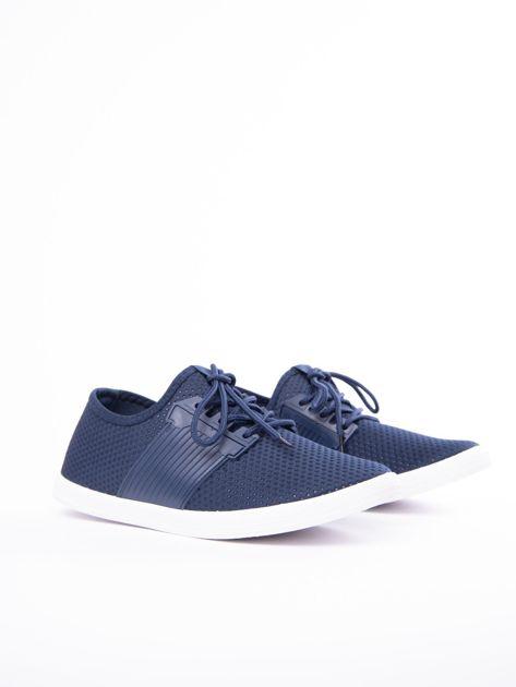 Granatowe buty sportowe z fakturą i gumową wstawką na sznurowaniu                              zdj.                              2