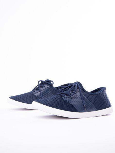 Granatowe buty sportowe z fakturą i gumową wstawką na sznurowaniu                              zdj.                              4