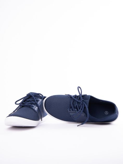 Granatowe buty sportowe z fakturą i gumową wstawką na sznurowaniu                              zdj.                              5