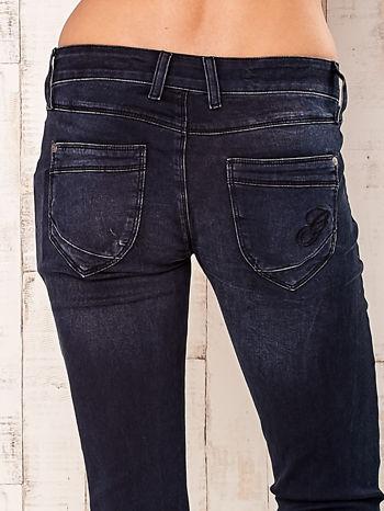 Granatowe dopasowane spodnie z napami                                  zdj.                                  5