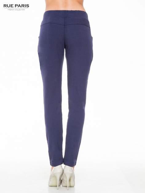 Granatowe eleganckie spodnie dresowe z dżetami                                  zdj.                                  6