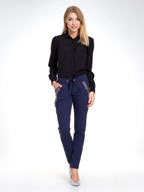 Granatowe eleganckie spodnie dresowe z dżetami                                  zdj.                                  8