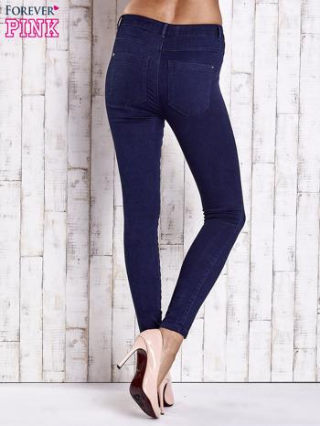 Granatowe jeansowe spodnie skinny jeans z kieszeniami                                  zdj.                                  3