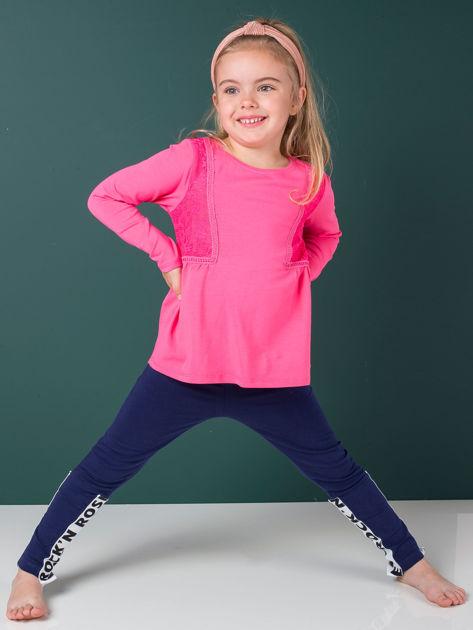 Granatowe legginsy dla dziewczynki z napisami                              zdj.                              2