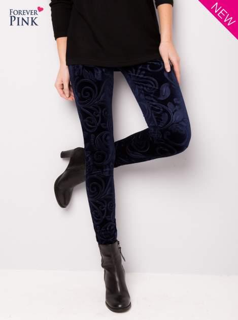 Granatowe legginsy z weluru tłoczone w roślinny wzór