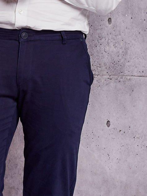 Granatowe materiałowe spodnie męskie chinosy                              zdj.                              6