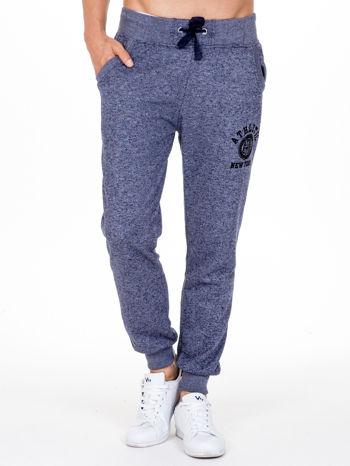 Granatowe melanżowe spodnie męskie z kieszeniami i aplikacją