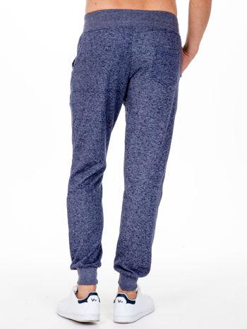 Granatowe melanżowe spodnie męskie z kieszeniami i aplikacją                                  zdj.                                  2